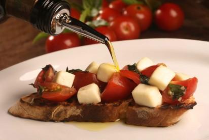 Capricciosa Rossa com Mozzarela_bruschetta de tomate cereja, alho, azeite, mozarela e rúcula _ Crédito Berg Silva